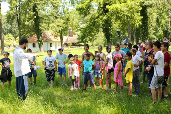 Kids-coming-together-during-the-Intercultural-Community-Picnic-at-Village-Banat-Museum-in-Timisoara