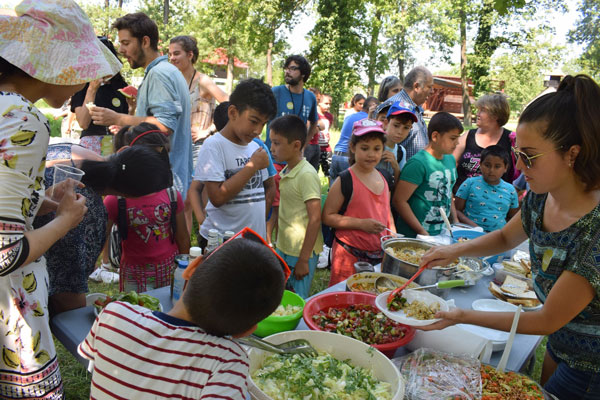 Refugees-and-romanian-coming-together-during-the-Intercultural-Community-Picnic-at-Village-Banat-Museum-in-Timisoara